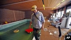 反对卡扎菲的战士8月30日在的黎波里卡扎菲之子汉尼拔的室内游泳池边