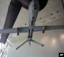 翅膀下挂两枚地狱火导弹的捕食者无人机(史密森国家航空航天博物馆展品)