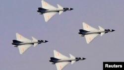 2009年中国空军出动战斗机举行演习。中国空军占有大量空中资源