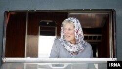 یکی از مسافران قطار مجلل حامل گردشگران خارجی از مبدأ بوداپست مجارستان، که روز دوشنبه ۵ آبان ۱۳۹۳ وارد تهران شد.