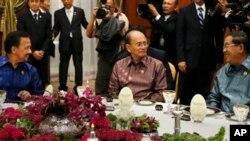 ဘ႐ူႏိုင္းဘုရင္ Hassanal Bolkiah(ဝဲ)၊ ကေမၻာဒီးယားဝန္ႀကီးခ်ဳပ္ Hun Sen (ယာ) ႏွင့္ သမၼတဦးသိန္းစိန္တို႔အား ၂၂ ႀကိမ္ေျမာက္ အာဆီယံအစည္းအေဝးအတြင္း ညစာစားပဲြမွာ အတူတကြ ေတြ႔ရစဥ္။ ဧၿပီလ ၂၄၊ ၂၀၁၃။