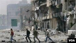 Para pemberontak Libya berlari di jalanan di kota Misrata (23/4).