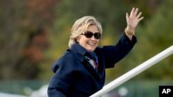 ہلری کلنٹن اپنی ایک انتخابی مہم کے لیے طیارے میں سوار ہو رہی ہیں۔ 29 اکتوبر 2016