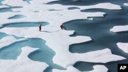 Miembros de la Guardia Costera miden la profundidad de las capas de hielo en el Océano Ártico.