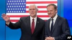 Wapres AS Mike Pence (kiri) dan Presiden Dewan Uni Eropa Donald Tusk sebelum pertemuan di Brussels, Belgia (20/2) lalu.