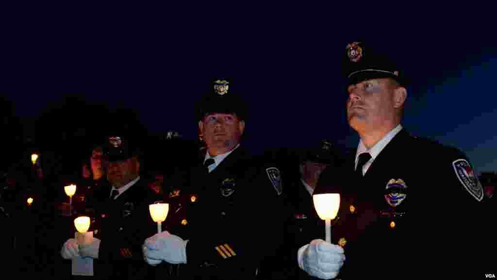 Полицейские со свечами, зажженными в память о погибших товарищах