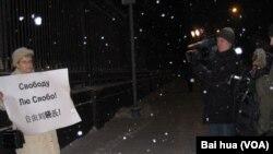 加努甚金娜同其他一批活動人士2010年12月在莫斯科中國大使館前示威要求釋放劉曉波。 (美國之音白樺拍攝)