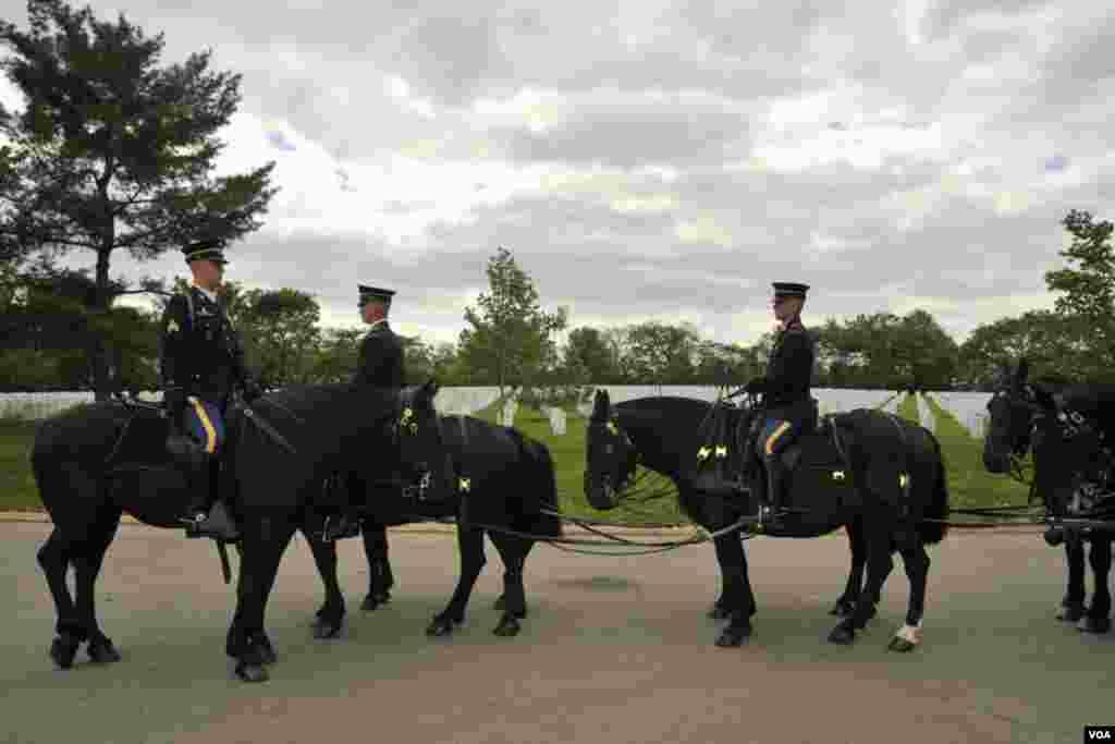 Наездники и шестерка черных лошадей, запряжённых в кейсон