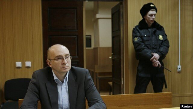 Dmitry Kratov (kiri), satu-satunya orang yang diperiksa terkait dengan meninggalnya pengacara Sergei Magnitsky di dalam penjara Rusia, di Moskow, 28 Desember 2012 (Foto: dok). Amnesty Internasional menuntut agar pihak berwenang Rusia membatalkan rencana mengadili orang yang sudan mati.