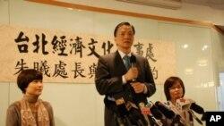 台灣駐港機構台北經濟文化辦事處新任處長朱曦(中)與香港媒體茶敘