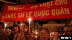 Thắp nến tại nhà thờ Thái Hà ở Hà Nội để ủng hộ, và cầu nguyện cho luật sư Lê Quốc Quân.