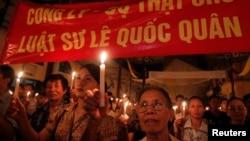 越南抗议者在河内一教堂为政治异议人士李作全举行烛光祈祷弥撒。(资料照片)