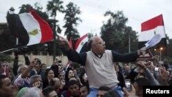 Para demonstran Mesir meneriakkan slogan-slogan anti Presiden Morsi dalam unjuk rasa di depan istana Presiden di Kairo, Selasa (4/12).