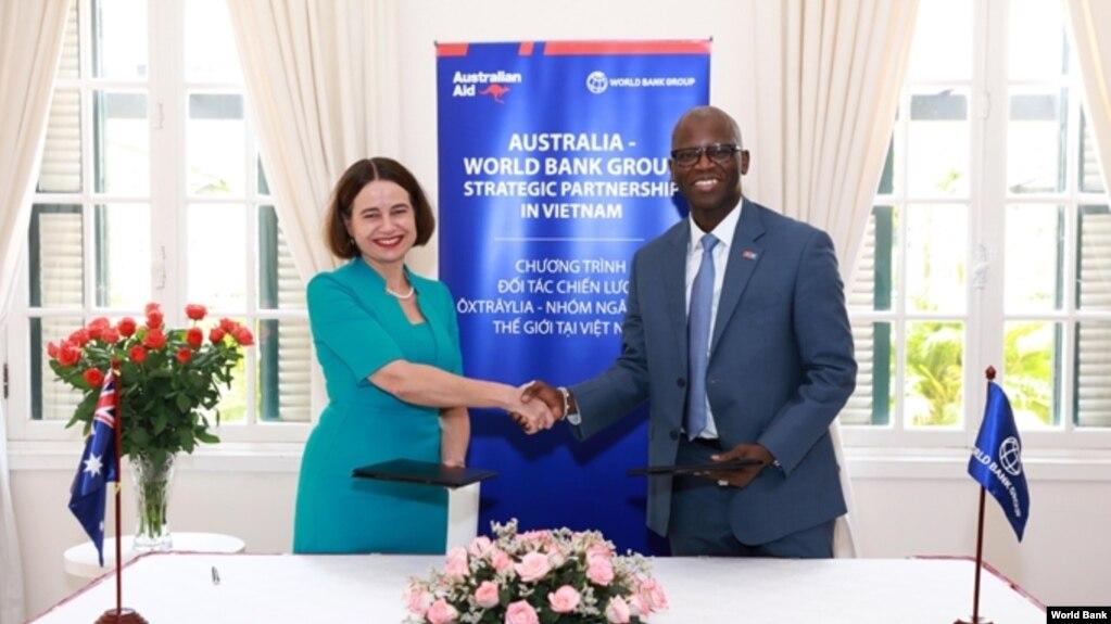 Đại sứ Úc tại Việt Nam Robyn Mudie và Giám đốc Ngân hàng Thế giới tại Việt Nam Ousmane Dione tại lễ ký kết.