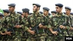 Para anggota pasukan pengawal revolusi Iran melakukan parade bersenjata (foto: dok.).