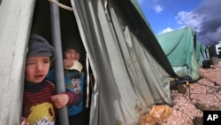 Anak-anak pengungsi Suriah di tenda mereka di Libanon (foto: dok). Badan pangan dunia kekurangan dana untuk membiayai bantuan pangan bagi 1,3 juta pengungsi Suriah.
