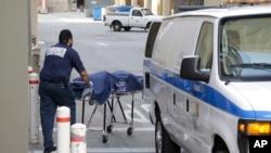 Một nhân viên từ văn phòng Xét nghiệm Y tế quận hạt Los Angeles di chuyển một thi thể ra khỏi hiện trường của vụ nổ súng tại Đại học California, Los Angeles, ngày 1 tháng 6 năm 2016.