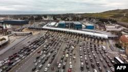 汽车在圣伊西德罗过境点排队,准备从墨西哥的蒂华纳进入美国的圣迭戈。(2019年4月4日)