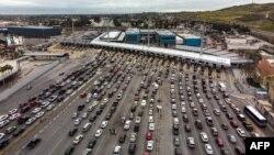汽車在聖伊西德羅過境點排隊,準備從墨西哥的蒂華納進入美國的聖迭戈(2019年4月4日)
