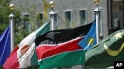 Tutar Sudan ta kudu a tsakiya, a kofar Majalisar Dinkin Duniya,bayan an maince da shigarta Majalisar.