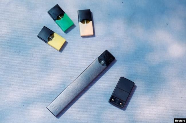 Rokok elektrik buatan Juul dan perlengkapannya dalam foto ilustrasi, 16 September 2018.