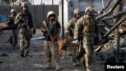 Tentara NATO dan Afghanistan tiba di lokasi terjadinya serangan bom bunuh diri di Jalalabad (26/3). Dilaporkan sedikitnya lima polisi tewas dalam serangan tersebut.