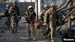 아프가니스탄 중부 잘랄라바드에서 26일 폭탄 공격으로 경찰 5명이 삼아한 가운데, 나토 연합군과 아프간 군이 현장을 순찰하고 있다.