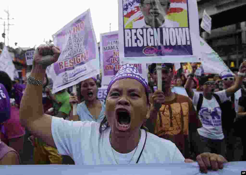 Activists shout slogans during a march toward the Malacanang Presidential palace as they mark International Women's Day in Manila, Philippines, March 8, 2015.