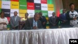 UMnu. Welshman Ncube uloba isivumelwano samabandla eHarare esokukhankasela ukhetho ngokuthula.