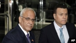 Trưởng đoàn đàm phán Palestine Saeb Erakat (trái).