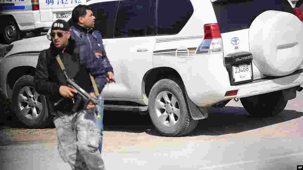 Un membre des forces de sécurité en pleine opération en dehors du musée du Bardo à Tunis, mercredi 18 mars, 2015 à Tunis, en Tunisie, après que des hommes armés ont ouvert le feu au musée de premier plan dans la capitale de la Tunisie.