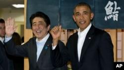 Presiden AS Barack Obama dan PM Jepang Shinzo Abe keluar dari restoran Sukiyabashi Jiro di Tokyo, Rabu (23/4).