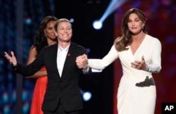 Pesepakbola AS Abby Wambach (kiri) mempersembahkan Caitlyn Jenner dengan Arthur Ashe Courage Award di Microsoft Theater di Los Angeles (15/7).