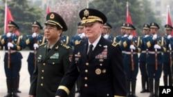 Chủ tịch ban Tham mưu Liên quân Hoa Kỳ Martin Dempsey và người tương nhiệm Phòng Phong Huy ở Bắc Kinh, ngày 22/4/2013.