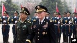 Ketua Gabungan Kepala Staf Militer AS Jenderal Martin Dempsey (kanan) bersama panglima militer China, Laksamana Fang Fenghui dalam upacara penyambutan di Beijing, Senin (22/4).