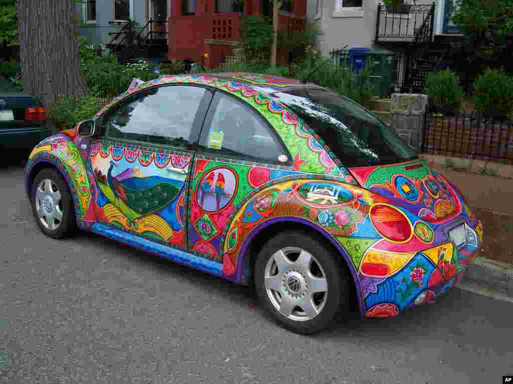 Sarwar has painted several cars during his time in the U.S., including this VW Beetle.