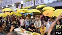 香港旺角「鳩嗚團」成員紀念雨傘運動清場後持續抗爭500日。(美國之音湯惠芸拍攝)