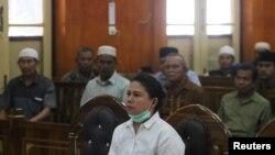 Meiliana (44 tahun), perempuan keturunan Tionghoa yang beragama Budha, saat menghadiri sidang penistaan agama di pengadilan negeri Medan, Sumatra, Selasa (21/8).