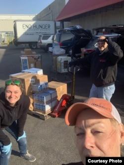 马里兰州的卡登什尔市紧急援助中心(Catonsville Emergency Assitance)义工2020年3月23日到该市的食物银行(Food Bank) 采买了5000磅食物的救济食物。(CEA提供)