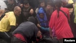 에게 해를 건너 30일 그리스 레스보스 섬에 도착한 난민들이 정원이 초과한 소형보트에서 내리고 있다.