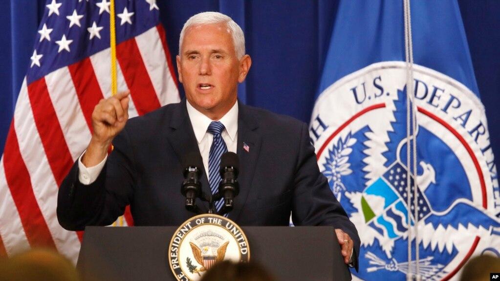 """El vicepresidente Mike Pence dijo que los estadounidenses reconocen que los miembros de ICE son héroes y que están realizando un """"importante"""" y """"peligroso"""" trabajo para garantizar la seguridad del país."""