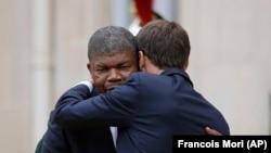 O Presidente angolano, João Lourenço e o Presidente francês Emmanuel Macron abraçam-se depois de um encontro no Palácio do Eliseu em Paris. 28 de Mao 2018