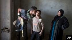 Irački vojnik ljubi dečaka iz Šure, pošto su vladine snage osvojile taj gradić, koji se nalazi 30 kilometara južno od Mosula
