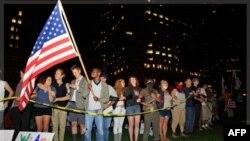 Những người biểu tình đứng trên đường Rose Kennedy Greenway ở Boston