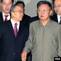 Pejabat Tiongkok Dai Bingguo (kiri) berkunjung ke Pyongyang dan bertemu pemimpin Korut Kim Jong Il, 9 Desember 2010.