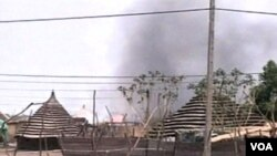 Asap mengepul dari kota yang disengketakan, Abyei, yang direbut oleh pasukan Sudan utara (25/5).