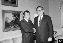 Mantan presiden Algeria, Abdelaziz Bouteflika, kiri, bertemu mantan menteri luar negeri AS, Henry Kissinger di hotel Waldorf Astoria tahun 1975