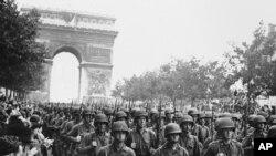 Cư dân Paris chào đón quân đội Mỹ tiến vào đại lộ Champs Elysees qua Khải Hoàn Môn, ngày 12/9/1944.