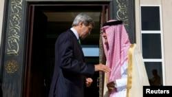 Američki državni sekretar Džon Keri i ministar inostranih poslova Saudijske Arabije princ Saud al Faisal nakon susreta u Džedi