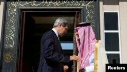 AQSh Davlat kotibi Jon Kerri (chapda) Saudiya Arabistoni Tashqi ishlar vaziri shahzoda Saud al-Faysal bilan, 25-iyun, 2013-yil.